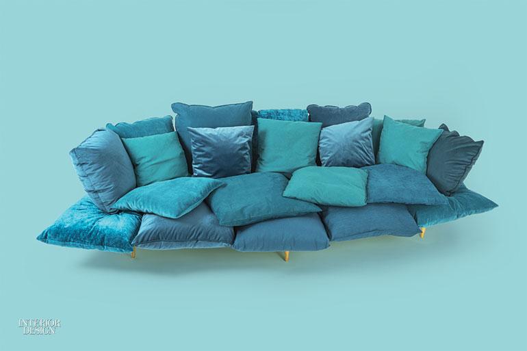 4. Canapea Confy din poliuretan, amestec de vată de bumbac și aluminiu, placat cu alamă de Seletti.